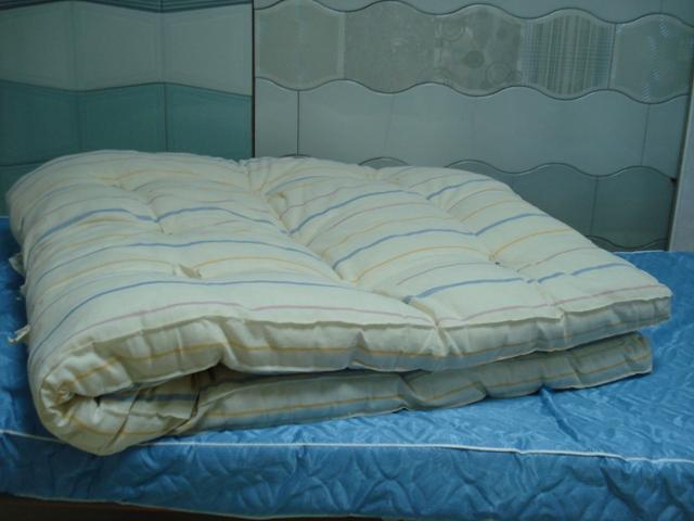 спальня с угловым шкафом и диваном
